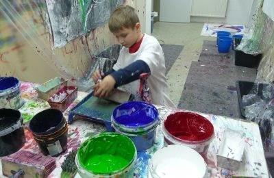 Kind mit Malfarbe - Verein Kinderrechte